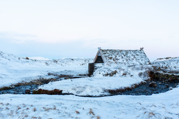 アイスランドの山にある温泉のある古い浴場。