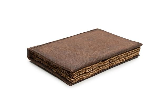 흰색 배경에 고립 된 오래 된 갈색 책입니다.