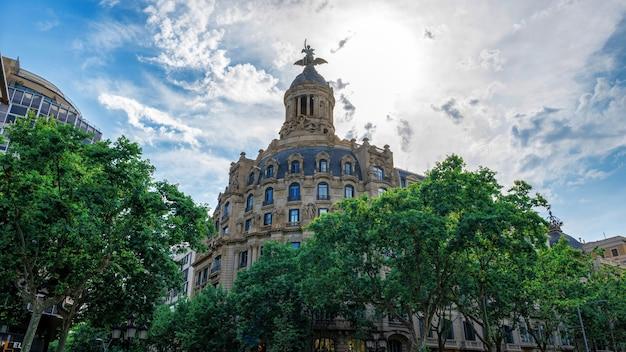 クラシックなスタイルで作られた古い建物、スペインのバルセロナの緑
