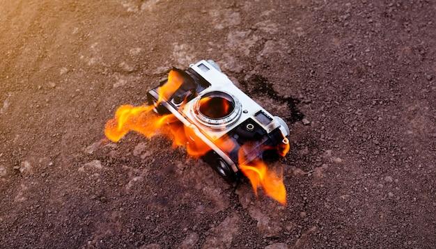 오래된 카메라가 마른 땅에서 타 오릅니다. 오래된 것을 태우십시오.
