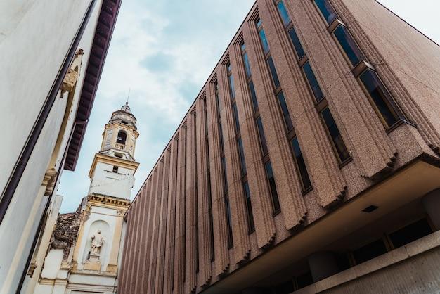 Старая церковь втиснулась между стенами новых современных построек.
