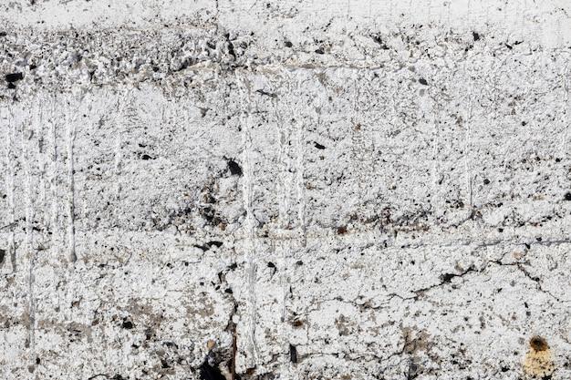 흰색 페인트로 덮인 균열이 있는 오래된 콘크리트 벽. 그런 지 배경입니다. 고품질 사진