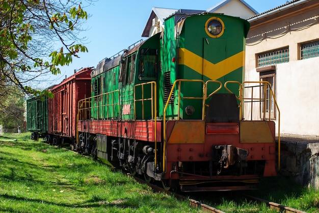 Старый товарный поезд с вагонами