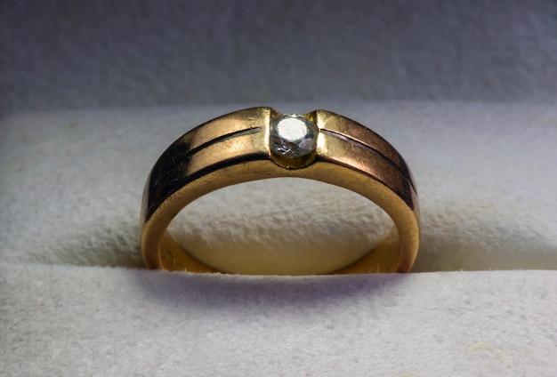 宝石箱に宝石が入った古い金の指輪、選択された焦点