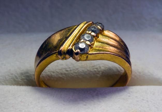 宝石箱に宝石が入った古い金の指輪、厳選されたフォーカス