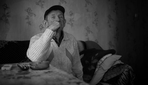 ソビエト後のアパートの老祖父がレンズを直視する