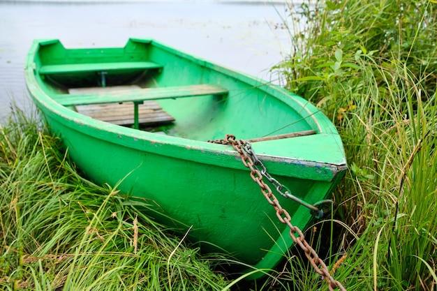 夏には湖の岸に鎖でつながれた古い緑のボート