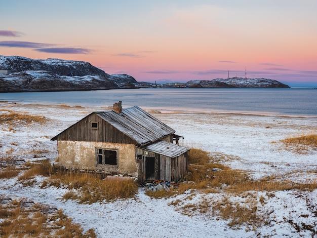 다락방에있는 오래된 집. 정통 러시아 북부 마을, 거친 북극의 자연. teriberka.