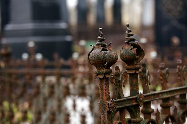 Старое еврейское кладбище с религиозными символами.
