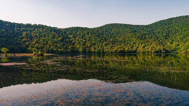 산악 지역의 오래된 호수