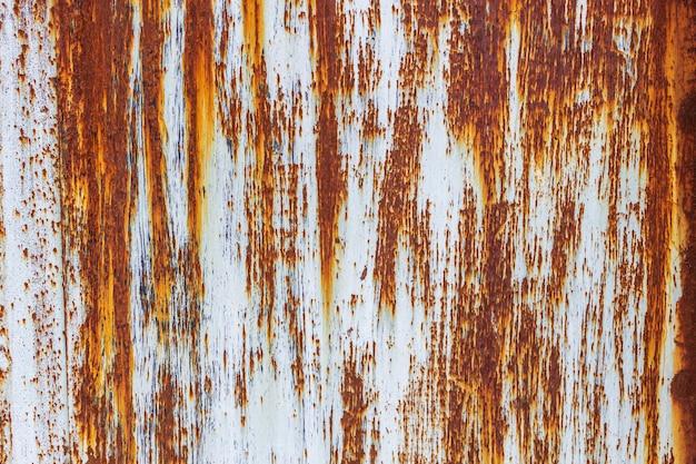 녹이 있는 오래 된 금속 벽입니다. 부식이 있는 표면. 고품질 사진