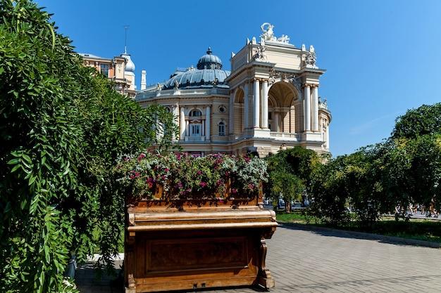 오데사에서 가장 오래된 극장 배경에 꽃이 있는 오래된 피아노
