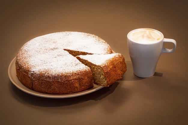 アーモンドと乾燥パンにカプチーノを添えた古いレシピのイタリアンケーキ(antica torta alle mandorle eに関するペイン)