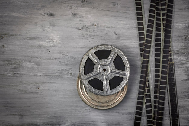 木製のテーブルの上に横たわっているフィルムの古いロール