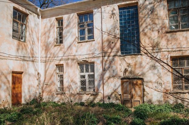 Старый ветхий дом, обветшавший из-за непогоды, нуждающийся в ремонте.