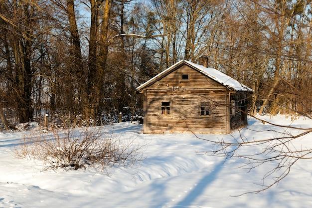 겨울에 오래 된 시골 목조 주택