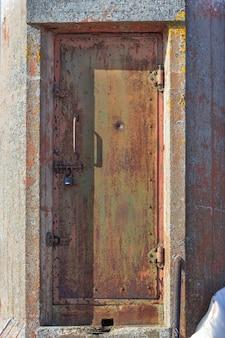 오래 된 녹슨 등대 문 자물쇠가 있는 문