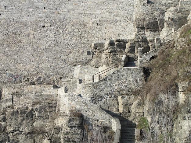 큰 돌담 근처의 오래된 돌계단