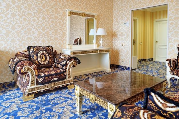 거울과 의자가있는 옛 스타일의 객실입니다.