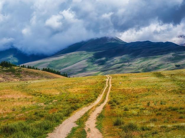 山を抜ける古いトレイル登山トレイル