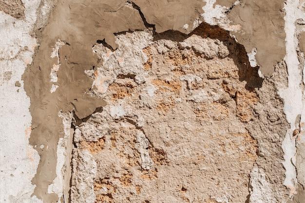 レンガが崩れている古い壁が見える
