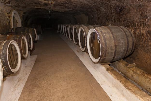 Старый винный погреб с дубовыми бочками, бочки для вина в старых погребах