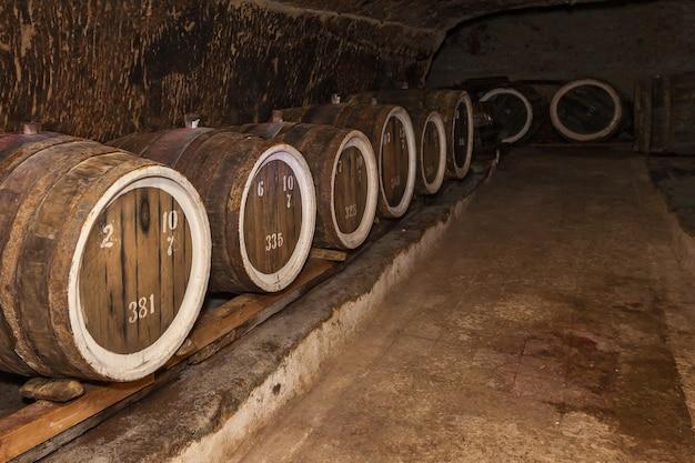 오크 배럴이 있는 오래된 와인 저장고, 오래된 저장고에 있는 와인 배럴