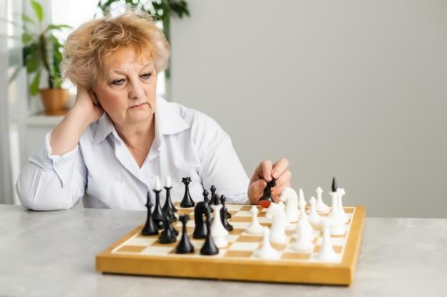 老婆がチェスをしている。