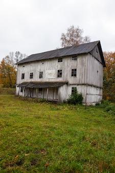古い木製の放棄された工場の白い色。ベラルーシ
