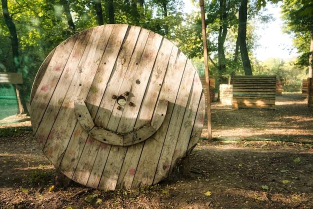 ペイントボールゲームのベースにある古い木造の円形の建物