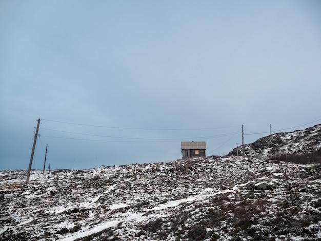 Старый деревянный охотничий домик на полярном холме