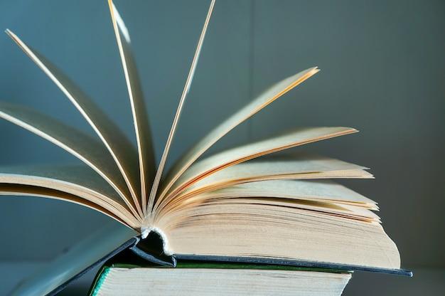 회색 벽에 펼쳐진 책