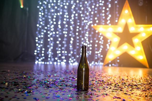 パーティーの後、ナイトクラブの床にシャンパンのオープンボトル