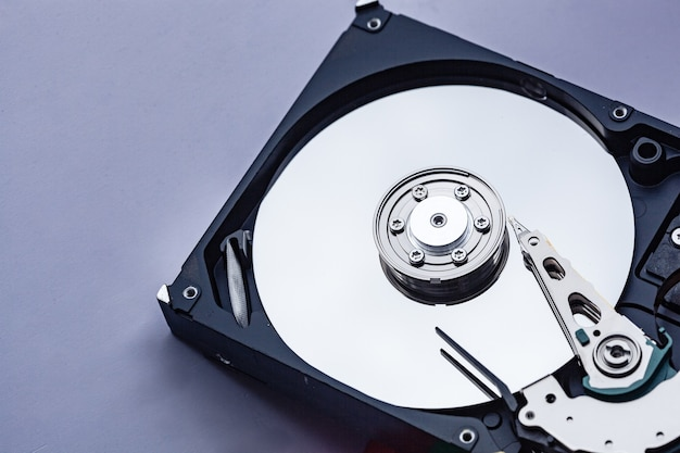 수리를 위해 열려 있는 컴퓨터 하드 드라이브. hdd. ps용 구성품. 디지털 데이터의 저장 및 복원