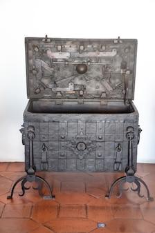 열린 빈 오래된 고전적인 철 보물 상자.
