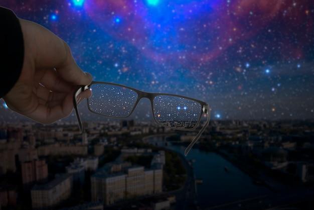 光学アイビジョンの概念、眼鏡のフレームは、ぼやけた背景に焦点を合わせた画像を表示します