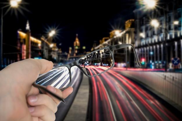 Концепция оптического зрения, оправы очков показывают сфокусированное изображение на размытом фоне.