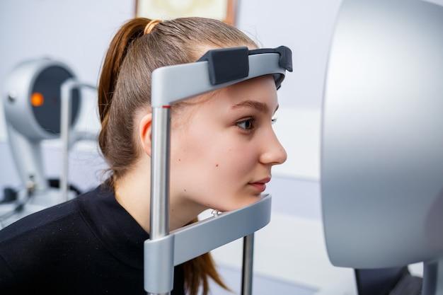 彼のクリニックの検眼医はビジョンを研究しています。眼科、医療診断。