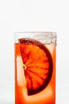 ハイボールグラスに氷を入れたオレンジカクテル
