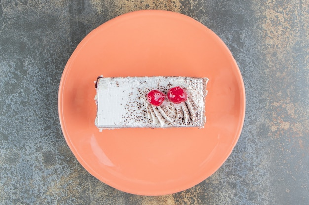 딸기와 함께 맛있는 케이크의 주황색 접시