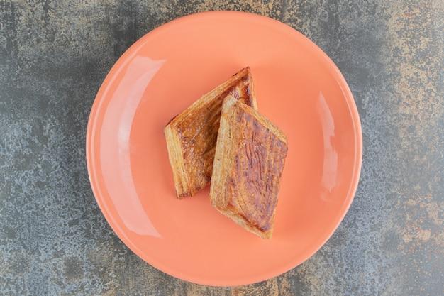 수제 달콤한 삼각형 파이의 주황색 접시