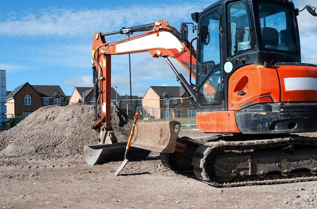 普通の新しい住宅と建築業者が仕事を終えています