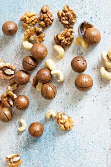Органическая смесь орехов макадамия, кешью и грецких орехов. смесь орехов