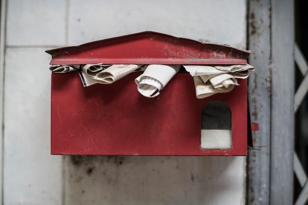いっぱいになっている古い郵便ポスト