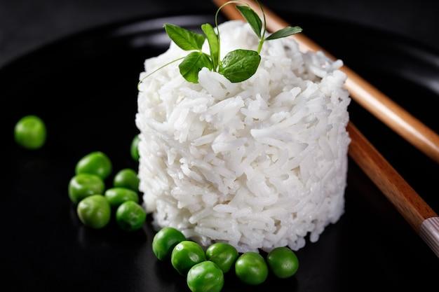 텍스트에 대 한 장소 청록색 파란색 배경에 위에서 촬영 요리 흰색 긴 곡물 쌀 그릇의 오버 헤드 사진