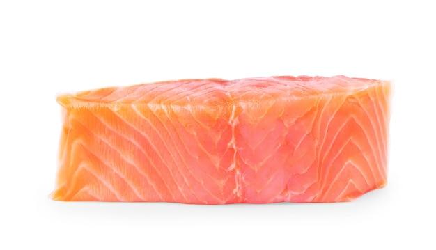 白い背景の上の鮭のスライスのオーバーヘッド写真
