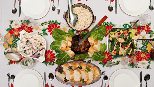 クリスマスディナーとテーブルの俯瞰図