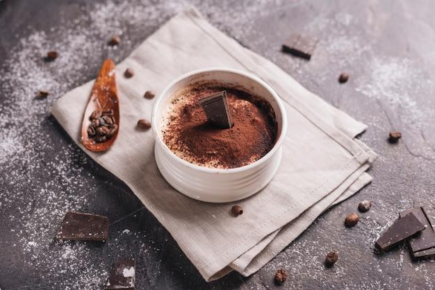 Вид сверху десерт шоколадный лось в керамической белой миске
