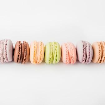 Вид сверху красочные миндальное печенье на белом фоне