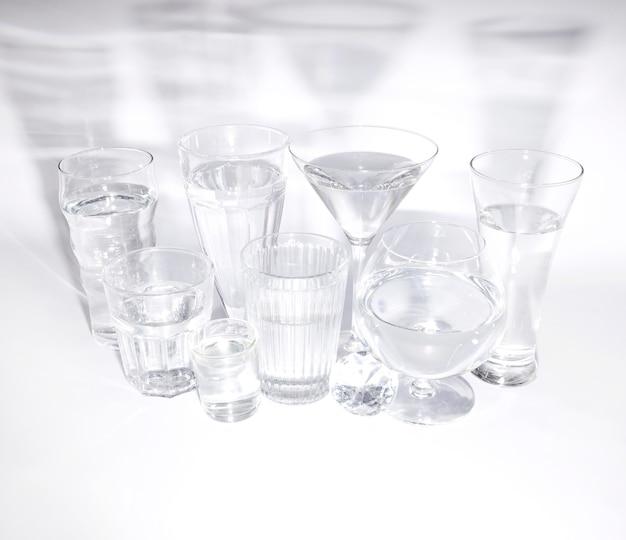 白い背景の上の影付きの水のグラスとダイヤモンドの俯瞰
